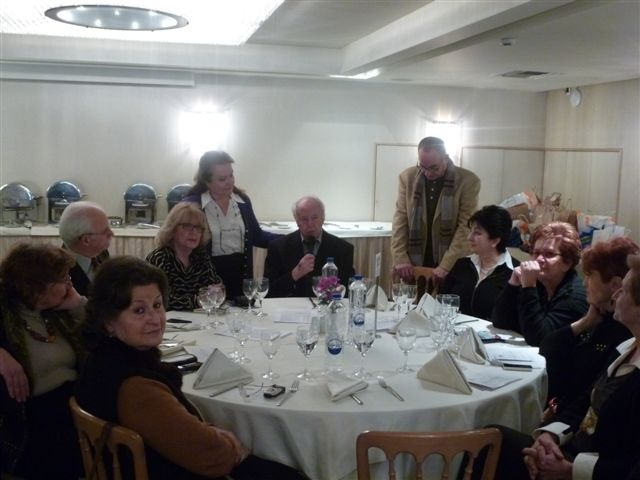 """Ο Επίτιμος Πρόεδρος της """"Λ.Π."""" κ. Τάκης Χατζηαναγνώστου με την παρέα του, πλαισιώνεται από την Πρόεδρο κ. Καίτη Μεσσηνέζη - Πλατσή και τον κ. Στράτο Δουκάκη"""