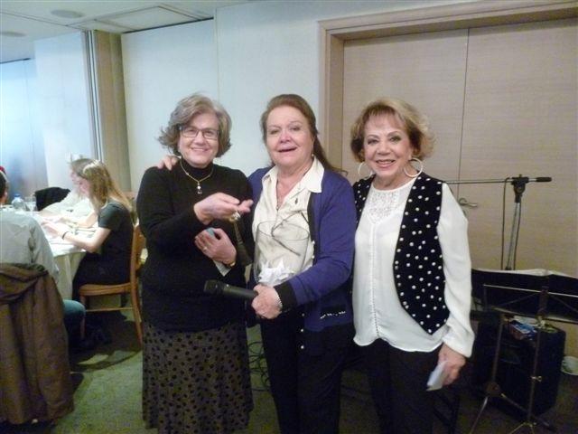 Η τυχερή του φλουριού (αριστερά) κ. Λίλιαν Σαραντίτη, η κ. Μεσσηνέζη-Πλατσή και η κ. Σαμαρέλλη-Τζερμιά